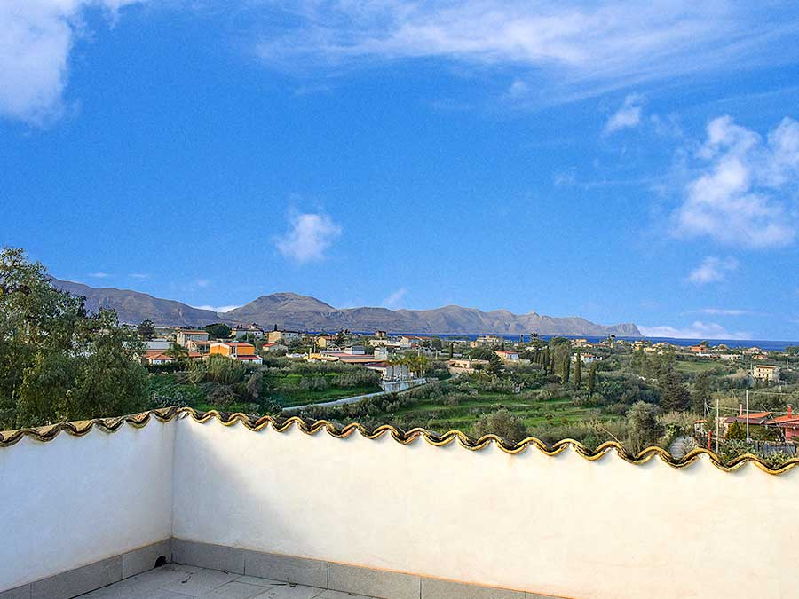 View from the roof terrace of holiday home Casa Ficurinia in Balestrate in Sicily